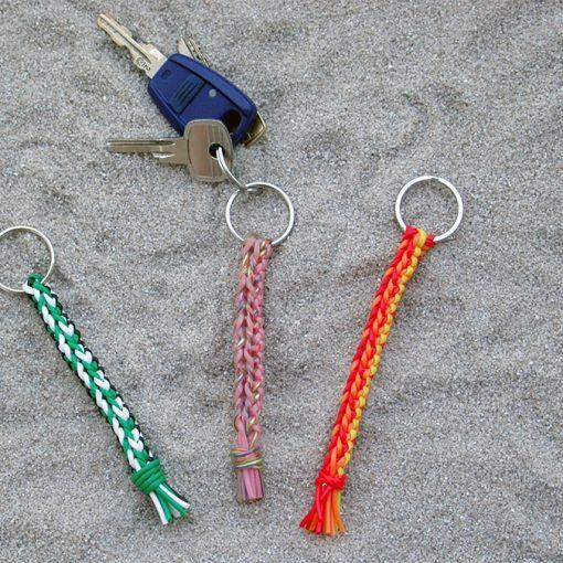 Schlüsselanhänger aus Scoubidou-Material
