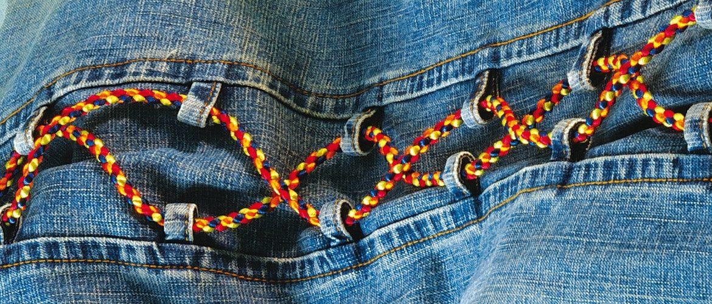Bänder und Kordeln flechten aus Kumihimo. Hier: Deko an einer einfachen Jeans