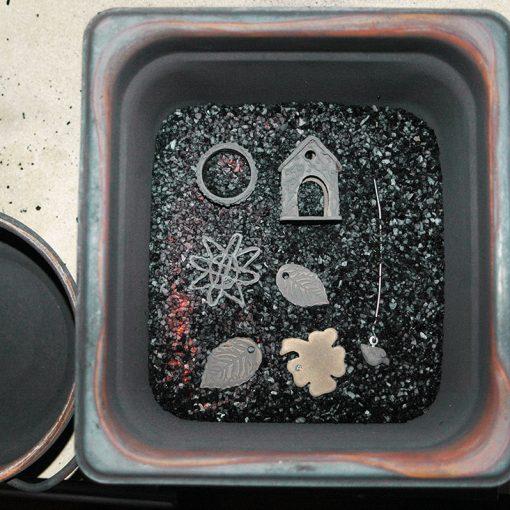 Prometheus Jeweller's Sterling White Clay nach dem ersten Brand in glühende Kohle gebettet