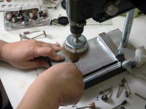 Das Schleifen des Metal clays mit der Maschine erleichtert die Arbeit